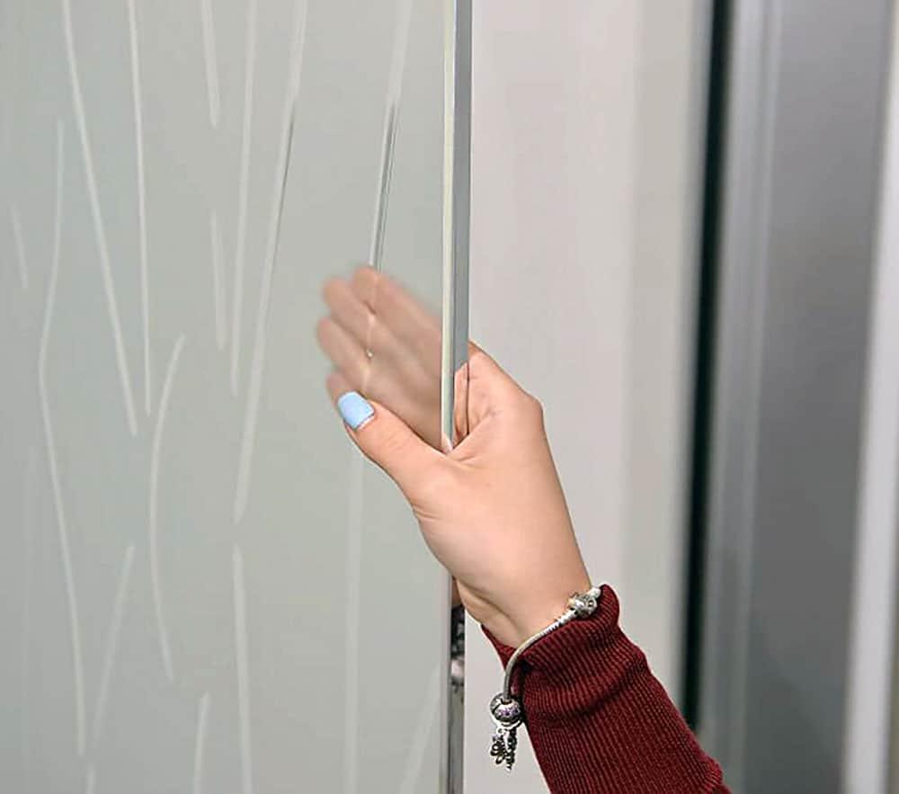 Рамка Flou на стеклянной двери
